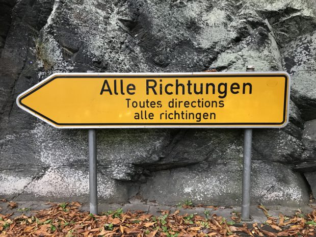 Schild mit Aufschrift Alle Richtungen