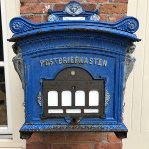 Blauer alter Briefkasten