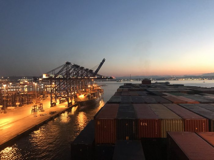 Anlegen am Containerterminal in Algeciras
