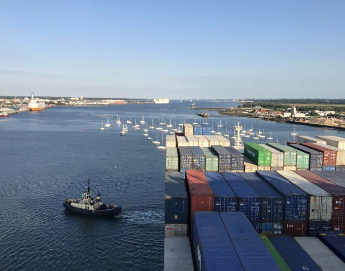 Containerschiff verlässt Southampton