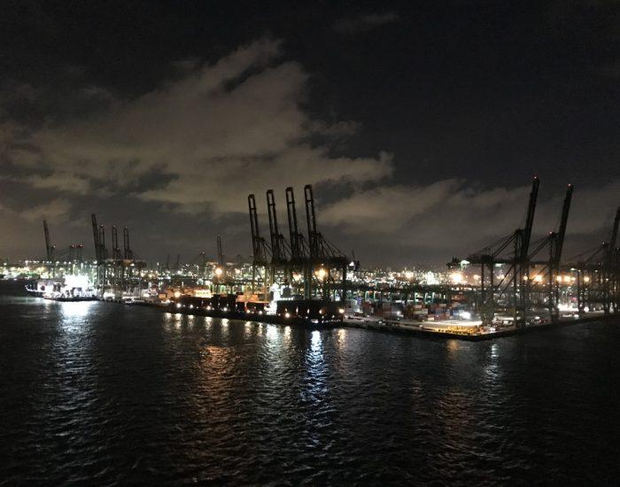 Hafen Singapur bei Nacht