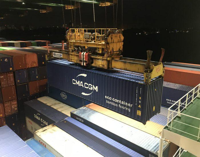 Containerschiff wird beladen