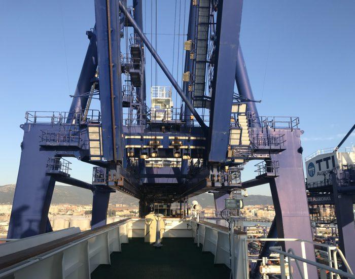 Kran im Containerhafen verändert Position