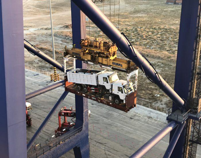 LKW werden aus Containerschiff entladen