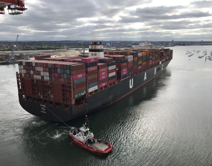 Containerschiff im Manöver