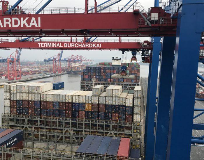Containerschiff wird am Burchardkai entladen