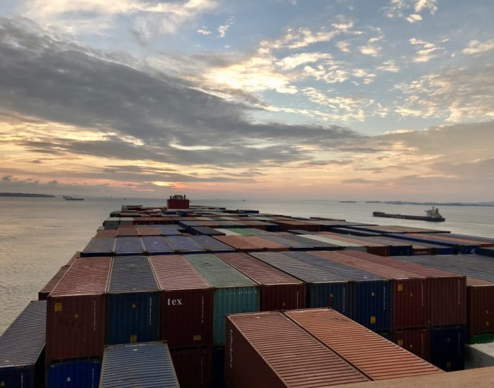 Sonnenaufgang über Containerschiff