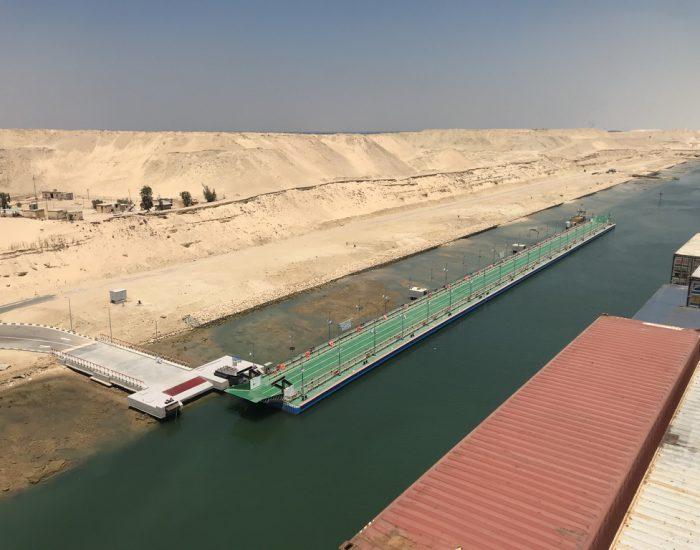 Eine ausklappbare Brücke am Suez-Kanal
